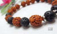 Bracelet graines Rudraksha et lave